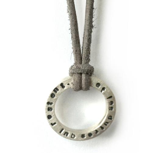 ring-hanger-ketting-zilver-gepersonaliseerd-met tekst-naamring-sierkracht