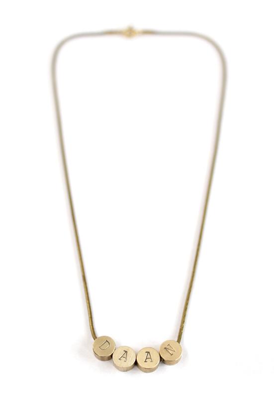 Sierkracht-ketting-korte ketting-met naam-met letters-initials-initialen-naamketting-gepersonaliseerd-goud