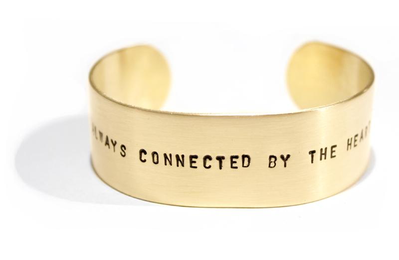 Sierkracht-bangled L-armband-bangle-messing-goudkleur-gepersonaliseerd-met tekst-tekstarmband-met naam-naamarmband