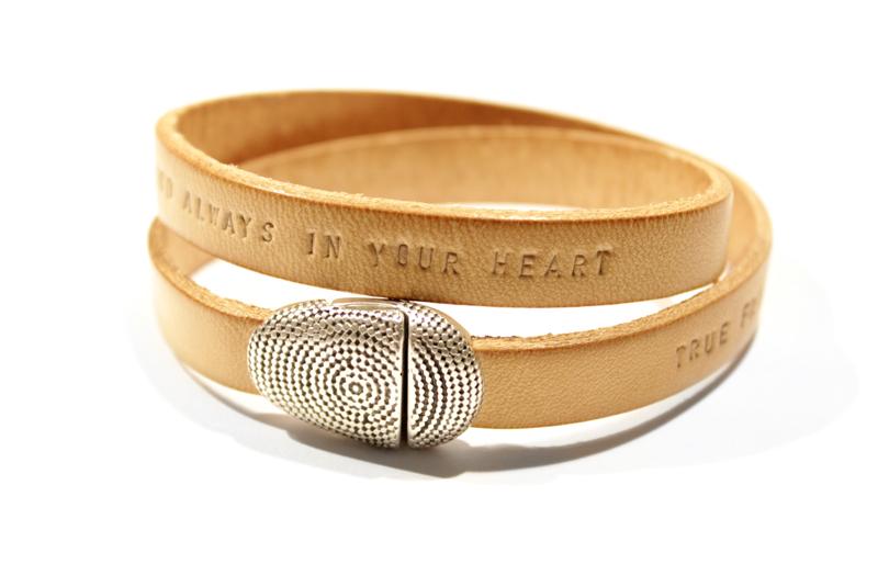 leren-leer-armband-wrap-gepersonaliseerd-met tekst-namen-naturel-sierkracht_round&round_zilveren sluiting
